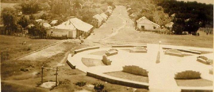 Parque Central de Santo Domingo de Guzmán, se observa al fondo la Avenida Juárez. Año de 1944.